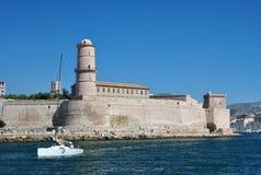 Parete potente della fortificazione di San-Jean nel vecchio porto di Marsiglia, Francia, sui precedenti profondi del cielo blu Immagini Stock Libere da Diritti