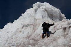 Parete rampicante del ghiaccio dell'alpinista Fotografie Stock