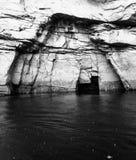 Parete rocciosa stratificata nella baia di Walsh, Columbia Britannica con un myst fotografia stock libera da diritti