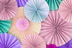 Parete romantica pastello del fondo con i cerchi di carta multicoloured Fotografia Stock