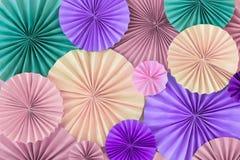 Parete romantica pastello del fondo con i cerchi di carta versicoloured Immagine Stock