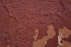 Parete rossa afflitta del gesso con il fondo di superficie incrinato di lerciume della struttura fotografie stock libere da diritti