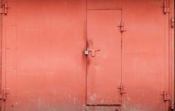 Parete rossa del garage del metallo con il portone bloccato Fotografia Stock