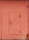 Parete rossa del garage del metallo con la porta bloccata Fotografia Stock