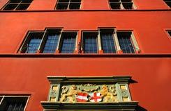 Parete rossa di Città Vecchia Corridoio a Friburgo-in-Brisgovia, Germania immagine stock libera da diritti