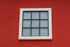 Parete rossa e finestra bianca dell'arco rotondo Immagini Stock