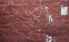Parete rossa rivettata della lamina di metallo Immagine Stock Libera da Diritti