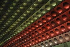 Parete rossa, verde, d'argento nella stazione di metropolitana di Praga Immagini Stock Libere da Diritti