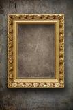 Parete scura e grungy con il blocco per grafici dell'oro Fotografie Stock Libere da Diritti