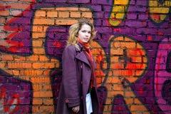 parete sorridente dei graffiti fronti della ragazza immagine stock