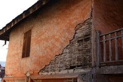Parete strutturata e finestra del vecchio calcestruzzo Fotografia Stock Libera da Diritti