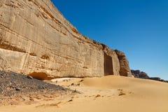 Parete voluminosa della roccia, Akakus, montagne, Sahara Libia Immagini Stock