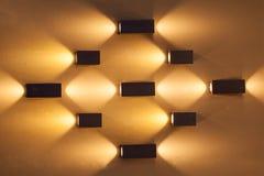 Parete vuota con molte lampade decorative di colore arancio Fotografia Stock