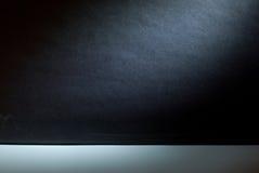 Parete vuota della galleria con gli indicatori luminosi per la pubblicità fotografia stock libera da diritti