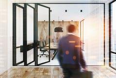 Pareti bianche e di legno dell'ufficio dello spazio aperto, uomo Fotografia Stock