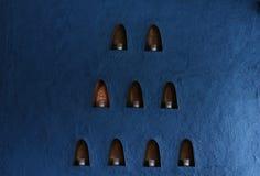 Pareti blu, candele nella piccola scatola fotografie stock libere da diritti