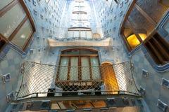 Pareti blu delle mattonelle nell'interno della casa Batllo Fotografie Stock