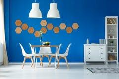 Pareti blu e mobilia semplice fotografie stock libere da diritti