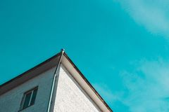 pareti con una finestra e un tetto della casa immagine stock libera da diritti