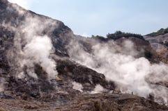 Pareti del cratere e della fumarola dentro la solfatara attiva di vulcano Immagine Stock