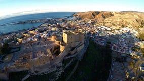 Pareti della difesa della fortezza antica Alcazaba di Almeria, Spagna - colpo aereo compreso la vista panoramica della città di A Immagine Stock