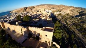 Pareti della difesa della fortezza antica Alcazaba di Almeria, Spagna - colpo aereo compreso la vista panoramica della città di A Immagini Stock Libere da Diritti