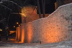 Pareti della fortezza di Momchil in Pirot, scena di notte immagine stock libera da diritti