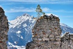 Pareti della fortezza nel paesaggio alpino di inverno Fotografia Stock Libera da Diritti