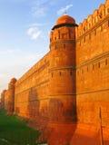 Pareti della fortificazione rossa al tramonto, a Nuova Delhi, l'India immagini stock