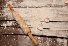 Pareti delle uova e del matterello su una tavola di legno con farina immagine stock libera da diritti