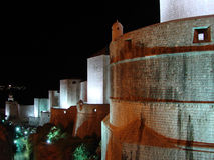 Pareti di Dubrovnik dal paesaggio di notte Immagine Stock Libera da Diritti