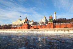 Pareti di Kremlin famoso e torretta di Ivan di grande Bell fotografie stock