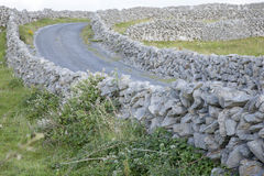 Pareti di pietra e strada aperta su Inishmore; Aran Islands Fotografie Stock
