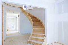 Pareti di stanza non finita del salone rinnovato non finito interno della casa in costruzione fotografia stock libera da diritti
