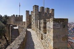 Pareti e castello difensivi di Lisbona delle torri Fotografie Stock Libere da Diritti