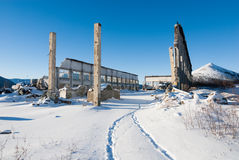 Pareti e colonne del garage distrutto nello stabilimento abbandonato dentro Immagini Stock