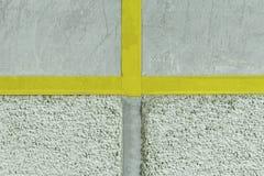 pareti gesso applicato a  composizione di piccole pietre ed in un modo speciale martellato disaccordo in due parti Dall'altro lat fotografia stock