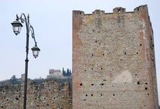 Pareti medievali e un palo della luce in Marostica a Vicenza in Veneto (Italia) Fotografia Stock