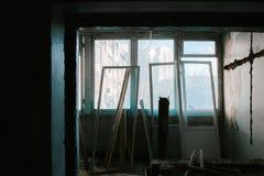 Pareti nude nella vecchia stanza dell'appartamento fotografia stock