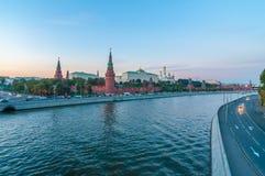 Pareti rosse del Cremlino e della vista sul fiume di Mosca Immagini Stock Libere da Diritti