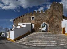 Pareti, tubo principale e scale del castello di Alandroal Immagini Stock