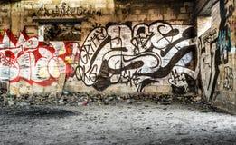 Pareti vandalizzate centro città con arte della pittura di spruzzo Fotografia Stock