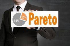 Pareto-Zeichen wird vom Geschäftsmann gehalten Lizenzfreies Stockbild