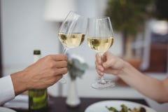 parexponeringsglas som rostar wine Royaltyfri Bild
