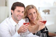 parexponeringsglas som rymmer wine Royaltyfria Foton