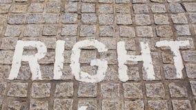 Parezca derecho, advertencia del camino del peligro en el camino Placa de calle de la dirección Foto de archivo