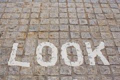 Parezca derecho, advertencia del camino del peligro en el camino Placa de calle de la dirección Imagenes de archivo