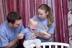 Parförälder med det stygga barnet arkivbild