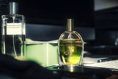 Parfüm auf dem Schreibtisch, Hintergrundtastatur, Bleistift, Computer, Lizenzfreie Stockfotografie