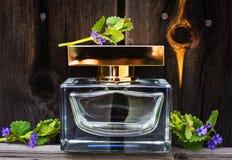 Parfüm mit Frühlingsblumen Stockbilder